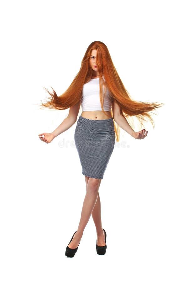 Cabelo vermelho longo saudável Jovem mulher bonita isolada em um branco fotos de stock royalty free