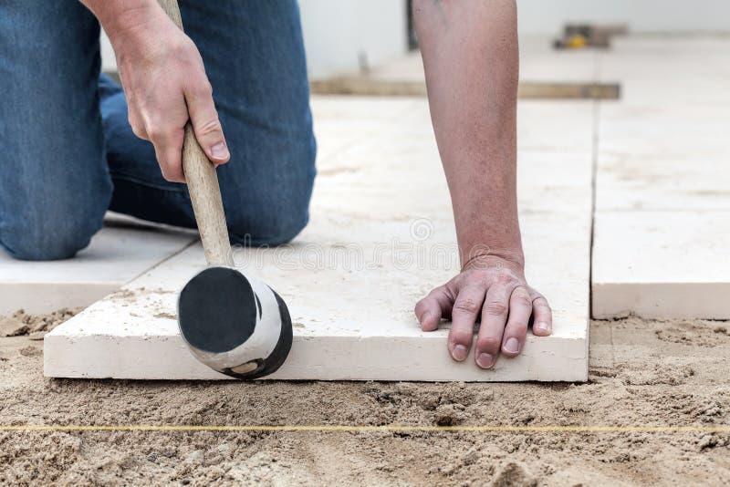 Caber el bloque de cemento foto de archivo