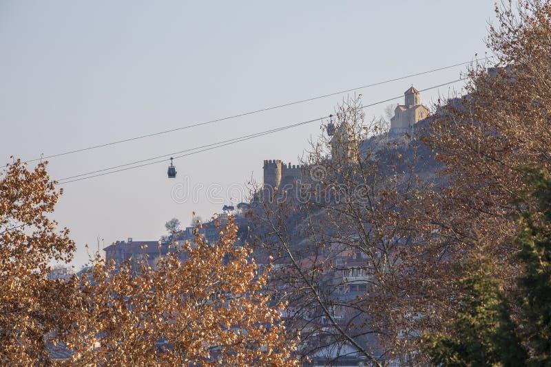 Cabeway em Tbilisi sobre o fundo da fortaleza Narikala fotografia de stock royalty free
