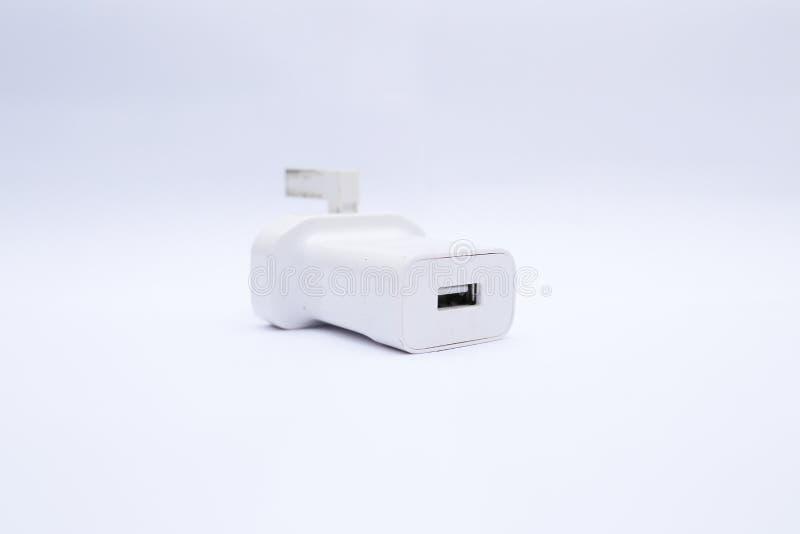 Cabeza/adaptador blancos del cargador USB en un fondo blanco imagen de archivo libre de regalías