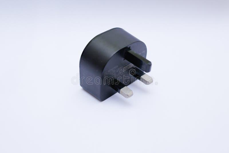 Cabeza/adaptador negros del cargador USB en un fondo blanco imágenes de archivo libres de regalías