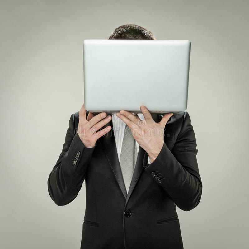 Cabeza al comercio electrónico, ocultación del hombre de negocios foto de archivo libre de regalías