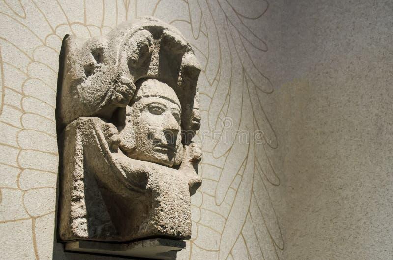 Cabeza antigua de un guerrero con el casco de la serpiente fotografía de archivo