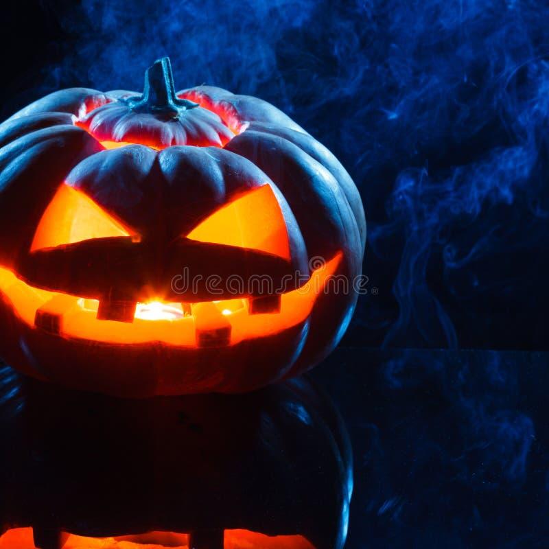 Cabeza asustadiza de la calabaza de Halloween que fuma foto de archivo