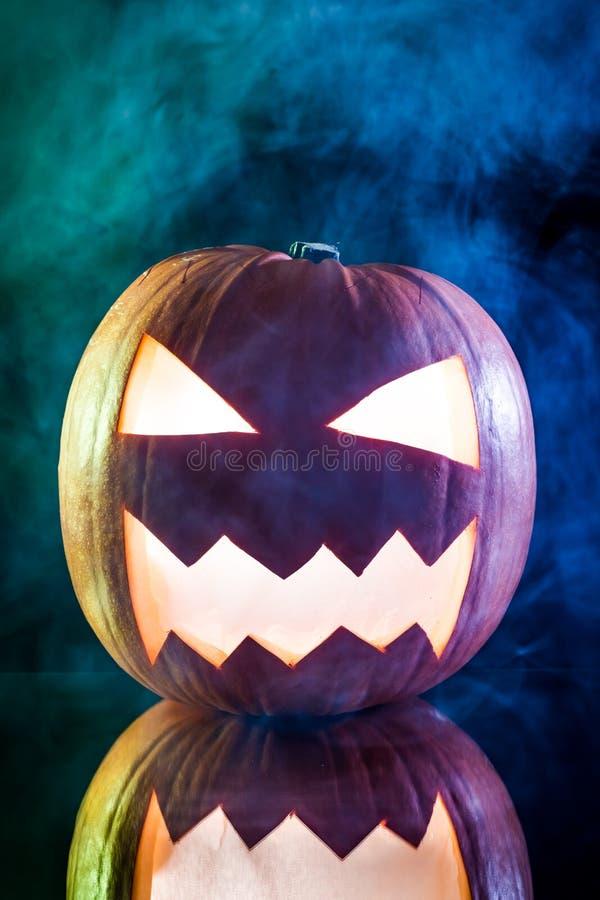 Cabeza asustadiza de la calabaza de Halloween que fuma imágenes de archivo libres de regalías