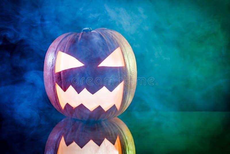 Cabeza de la calabaza de Halloween que fuma y que brilla intensamente foto de archivo libre de regalías