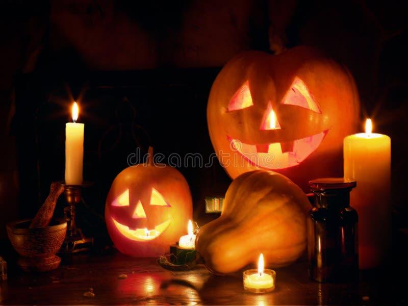 Cabeza de la calabaza de la linterna del ` de Halloween Jack O apilada en la noche de Halloween imágenes de archivo libres de regalías