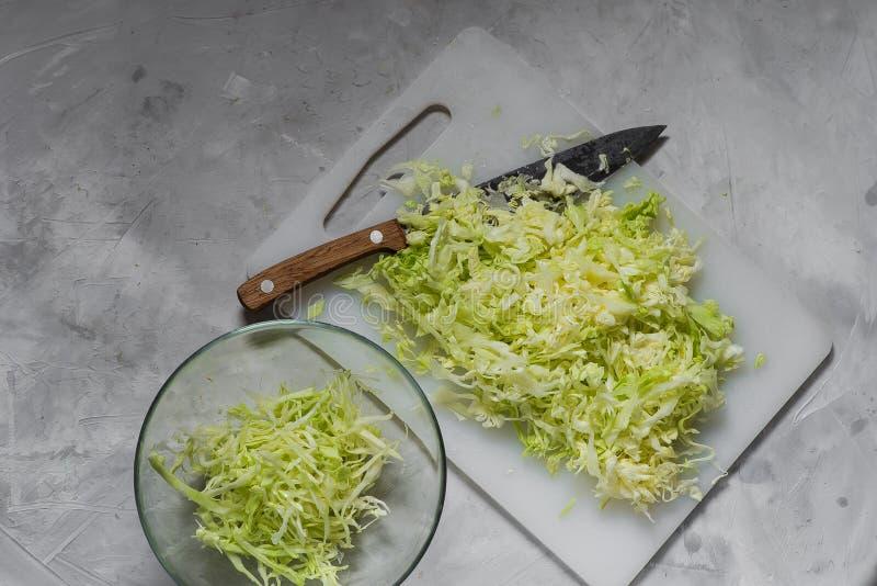 Cabeza de la col blanca joven fresca el cortar y el cocinar fotos de archivo