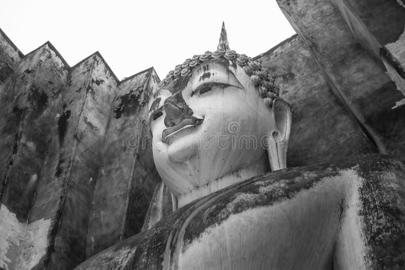 Cabeza de la estatua de Buda en Sukhothai, Tailandia, estilo blanco y negro fotos de archivo