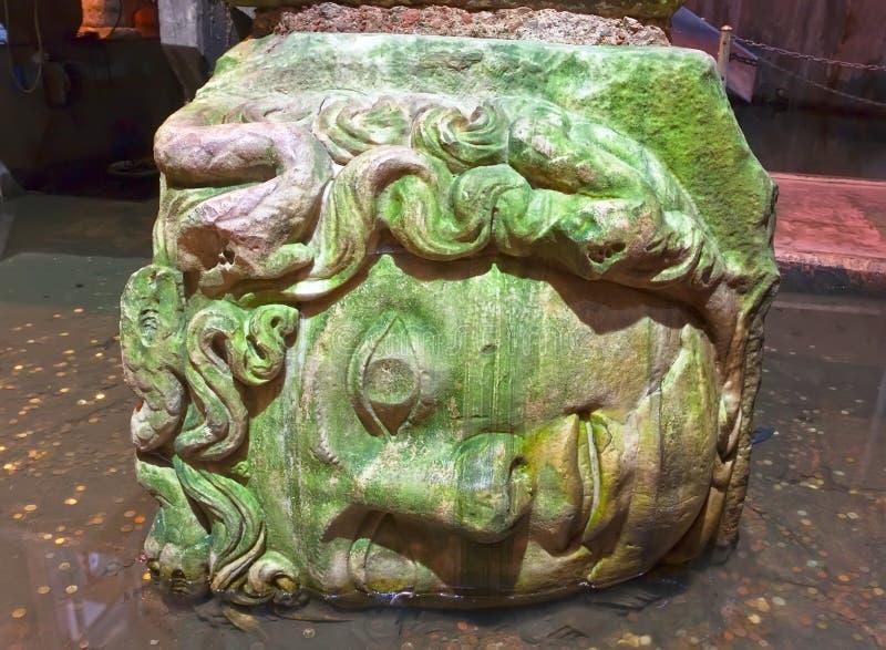 Cabeza de la medusa en cisterna de la basílica foto de archivo