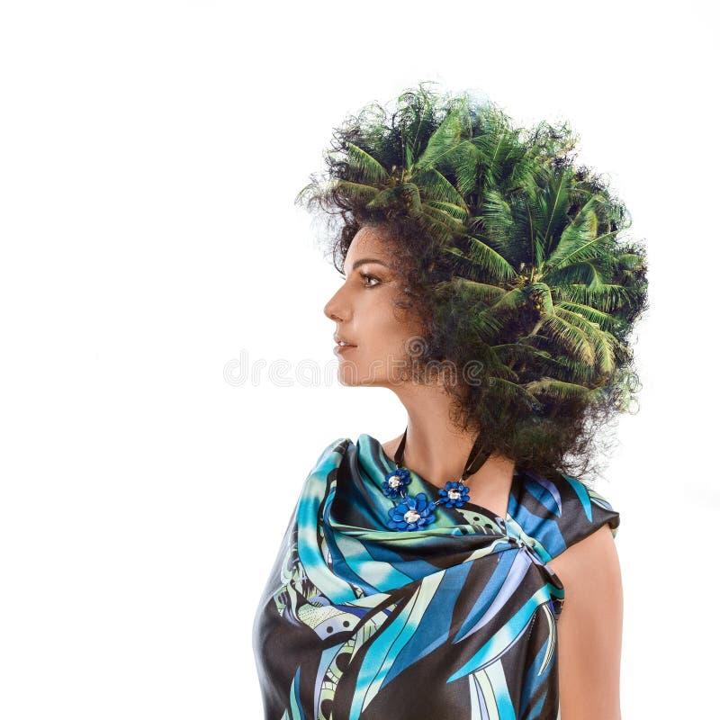 Cabeza de la mujer combinada con las palmeras foto de archivo libre de regalías
