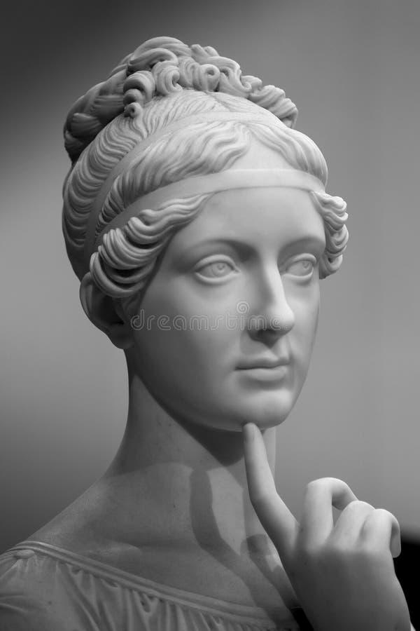 Cabeza de mármol blanca de la mujer joven imagen de archivo libre de regalías