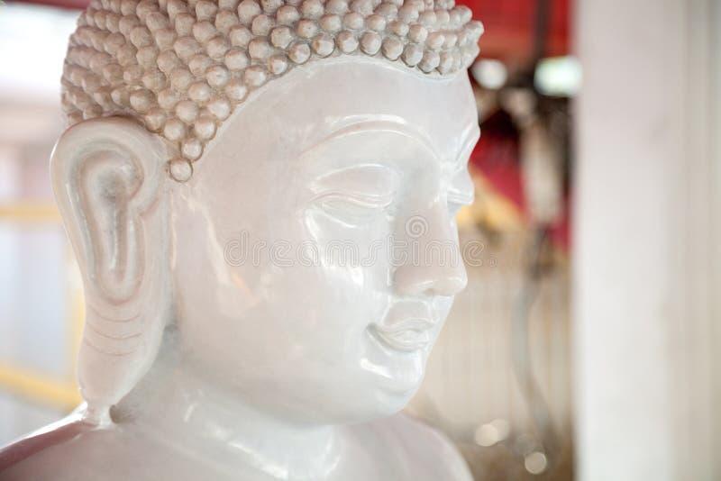 Cabeza de piedra blanca hermosa de la estatua de Buda Escultura del budismo imagen de archivo libre de regalías