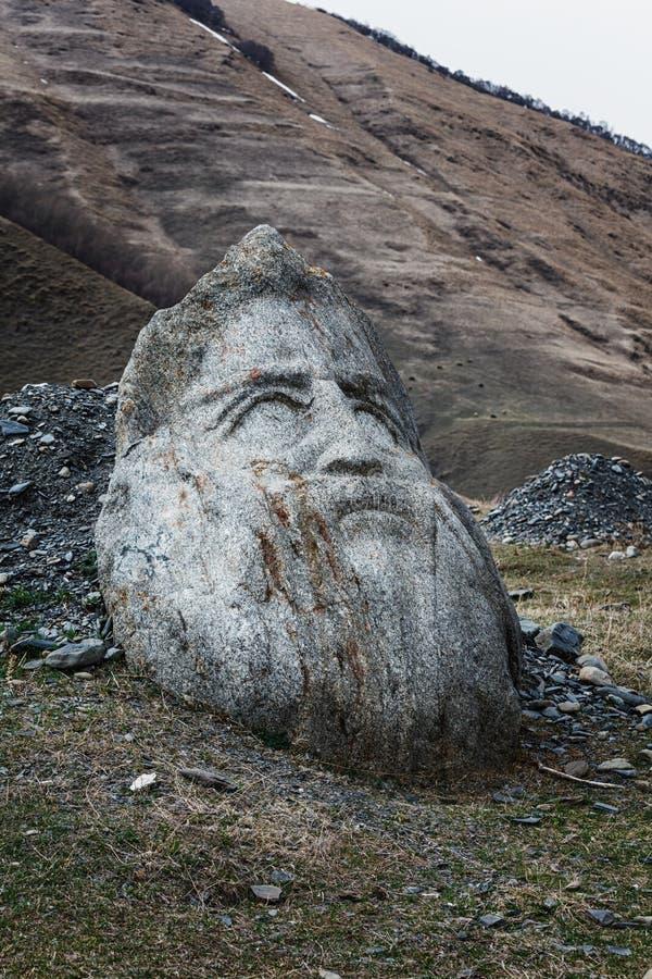 Cabeza de piedra de la cara en el valle de Sno en Georgia a lo largo del camino militar a Kazbegi imágenes de archivo libres de regalías