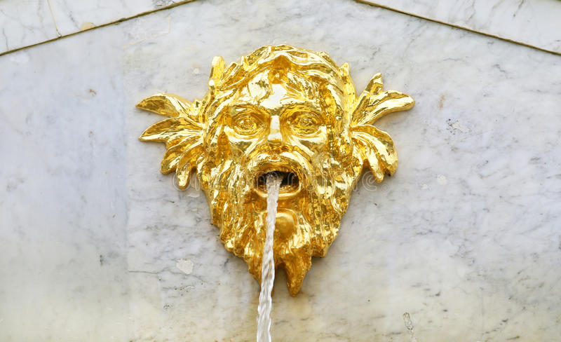 Cabeza decorativa dorada de la fuente Peterhof, St Petersburg, Rusia foto de archivo libre de regalías