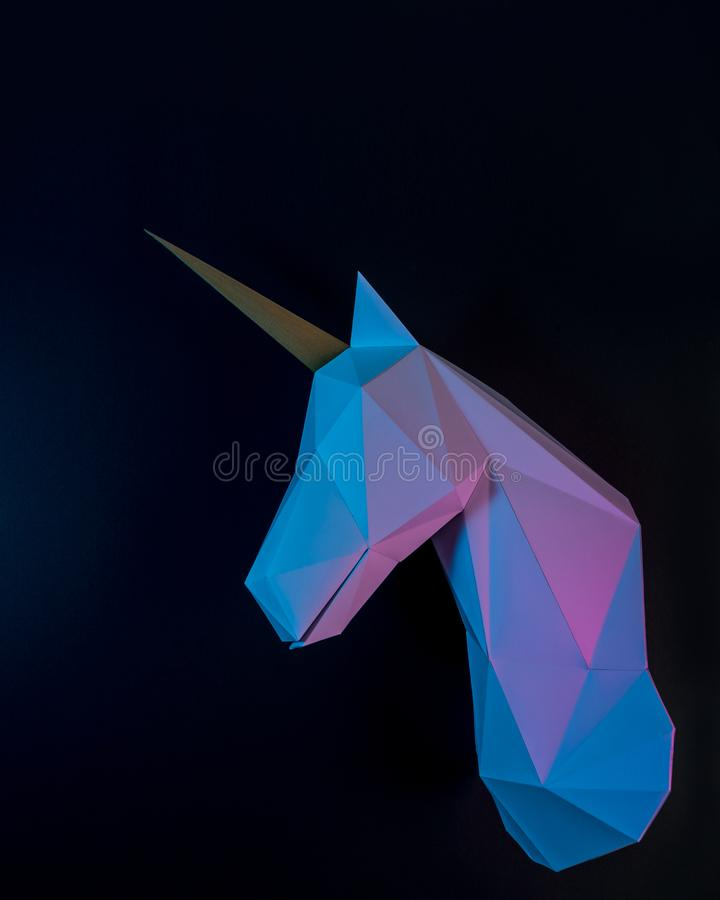 Cabeza del unicornio del Libro Blanco en colores olográficos de la pendiente intrépida vibrante Concepto mínimo de la fantasía de foto de archivo libre de regalías