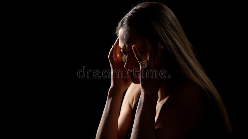 Cabeza desesperada de la tenencia de la mujer, sufriendo de problemas de la tensión, de la vida y de salud imágenes de archivo libres de regalías