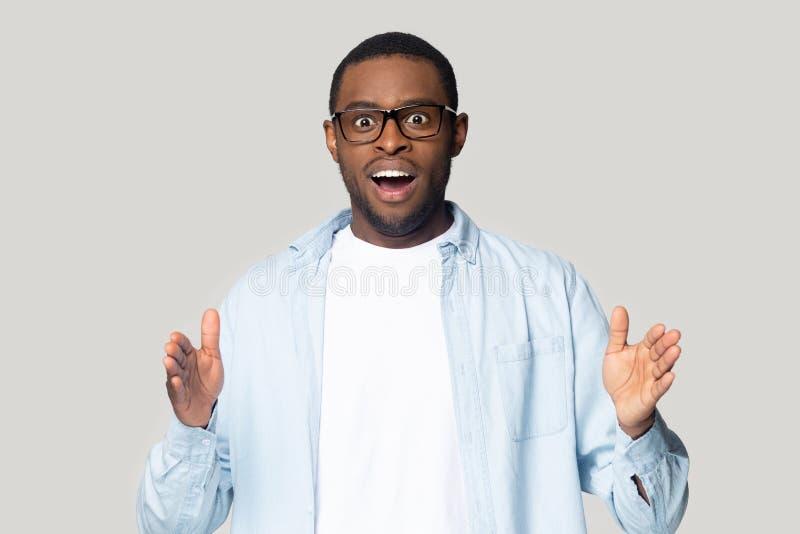 Cabeza emocionada hombre afroamericano mostrando gesto de gran tamaño foto de archivo