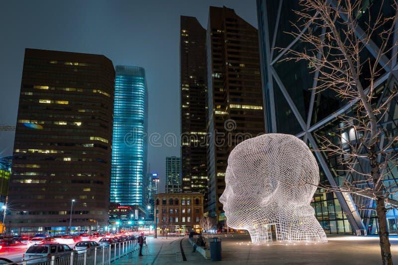 Cabeza gigante del arco de Calgary céntrica imagenes de archivo
