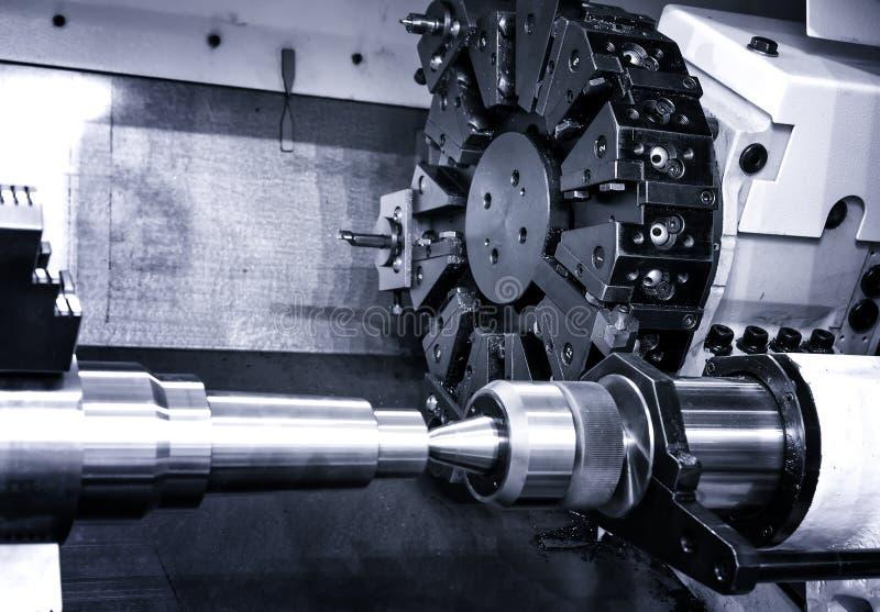 Cabeza giratoria con los pedazos y las herramientas de la perforadora en una planta de los mecánicos de la alta precisión en el t imagen de archivo libre de regalías