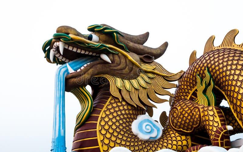 Cabeza grande de la estatua del dragón en el fondo aislado, Supanburi, Tailandia foto de archivo