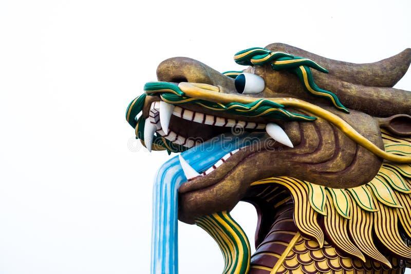 Cabeza grande de la estatua del dragón en el fondo aislado, Supanburi, Tailandia imagenes de archivo