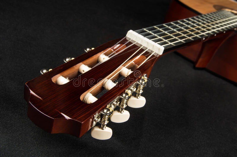 Cabeza y fretboard de la guitarra, mintiendo en tela imagenes de archivo