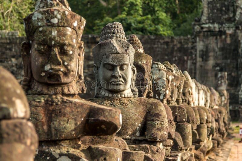 Cabezas de piedra talladas cerca del templo de Bayon en el parque arqueológico de Angkor, Siem Reap, Camboya imágenes de archivo libres de regalías