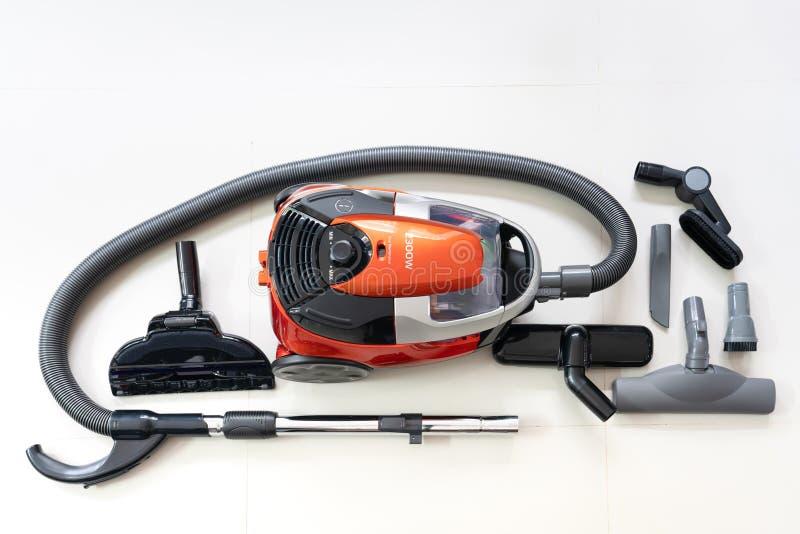 Cabezas del nuevo aspirador y de un cepillo más limpio en un fondo blanco del suelo de baldosas foto de archivo libre de regalías