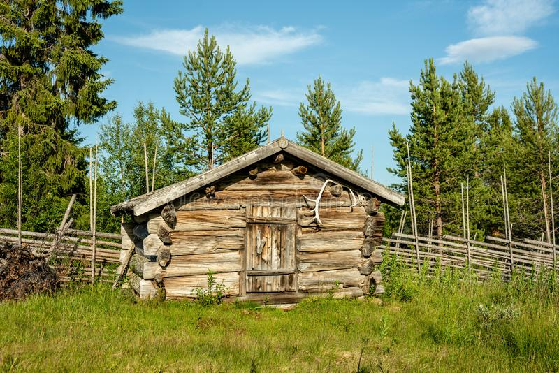 Cabina abandonada vieja de la granja en Suecia septentrional foto de archivo libre de regalías