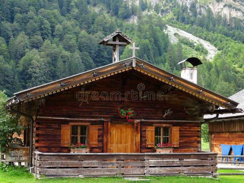 Cabina alpina en paisaje de la montaña fotografía de archivo libre de regalías