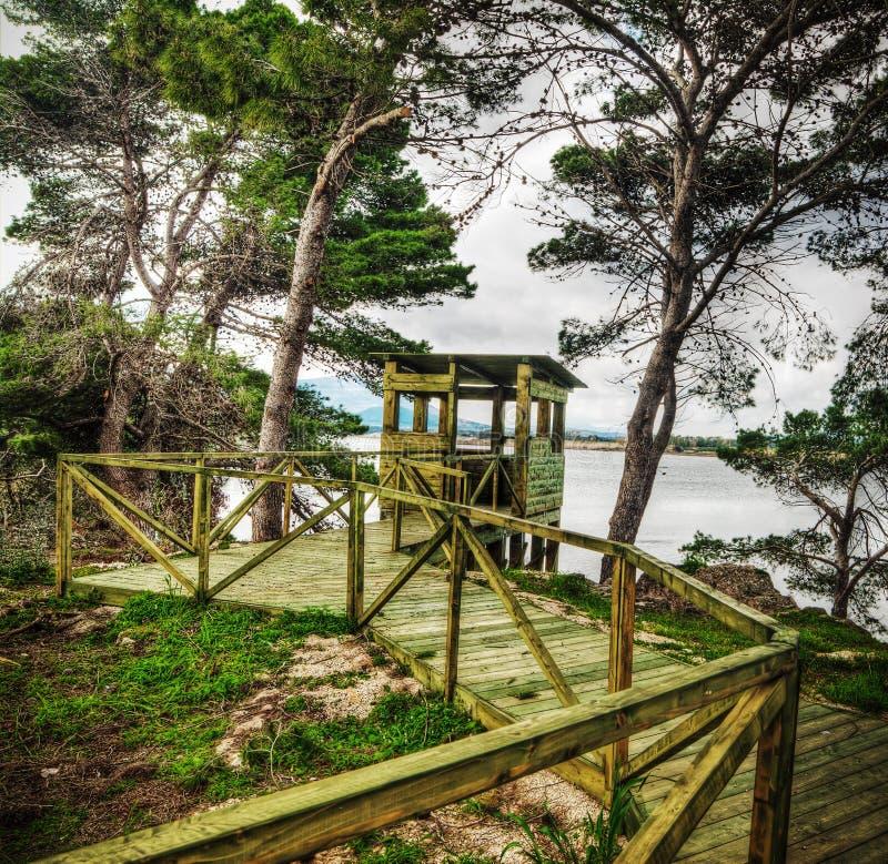 Cabina birdwatching de madera por el agua imagenes de archivo