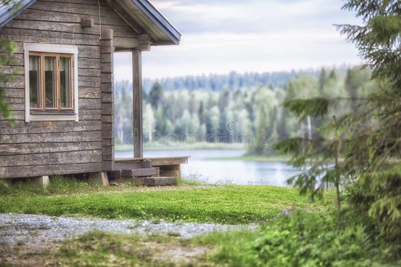 Cabina con un lago y un bosque foto de archivo