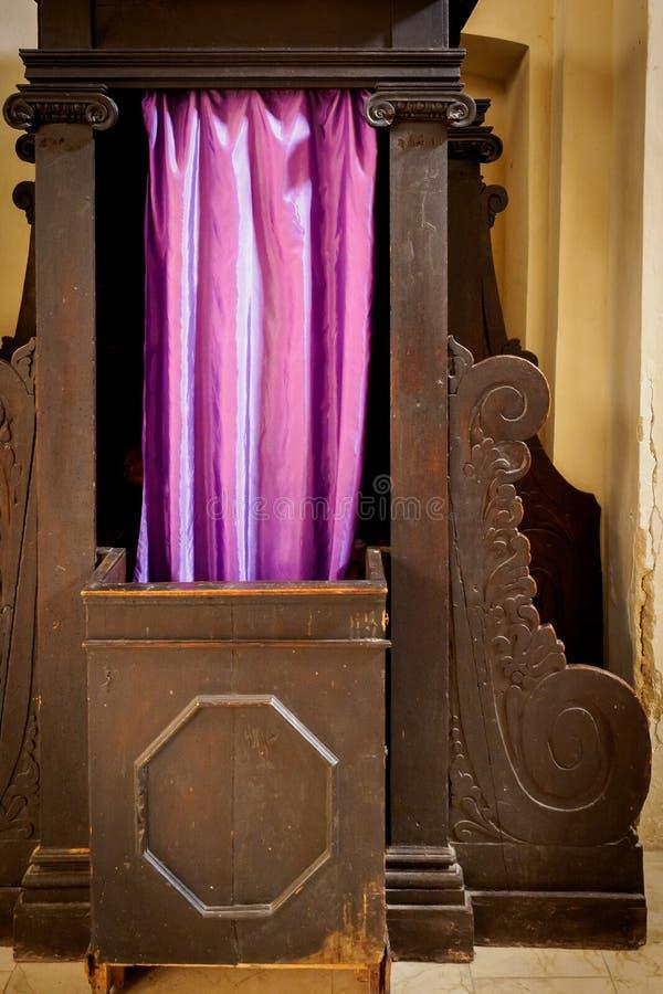 Cabina confessionale nella cattedrale di Bevagna Italia immagini stock