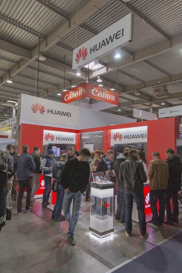 Cabina de la compañía de Huawei en la ECO 2015, la feria profesional más grande de la electrónica de Ucrania imagen de archivo libre de regalías