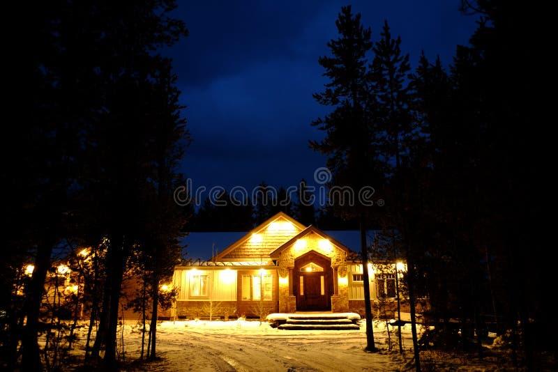 Cabina de la noche en el calor que brilla intensamente de las luces del desierto de maderas imagenes de archivo