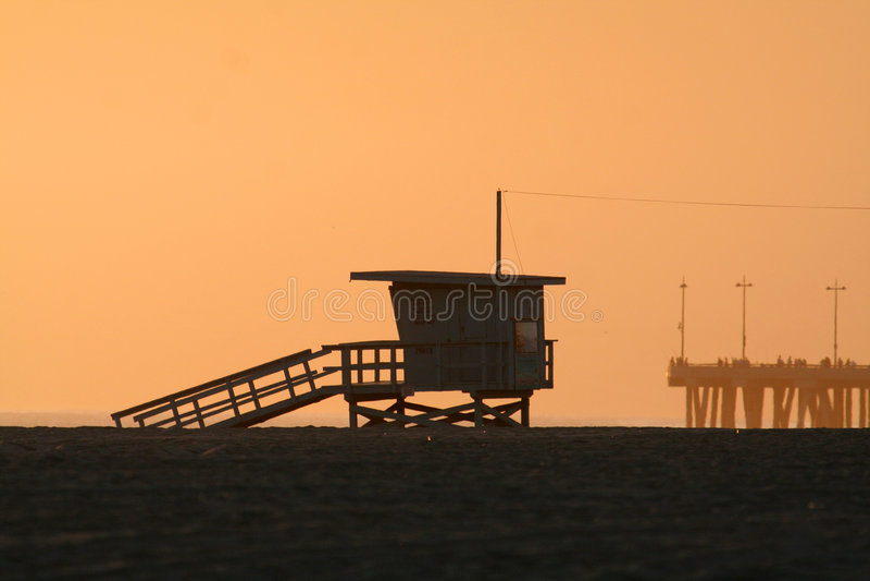 Cabina de la playa en la puesta del sol imagen de archivo libre de regalías