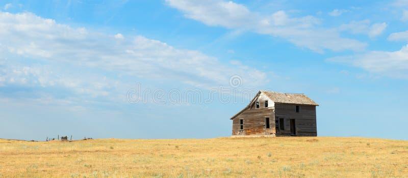 Cabina de la pradera del vintage, granja, bandera fotografía de archivo