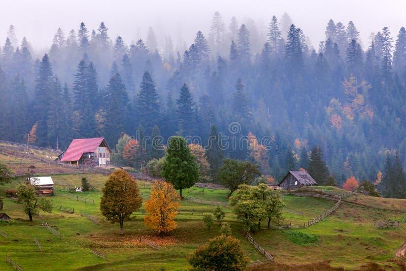 Cabina de madera vieja de la choza en montaña en el paisaje rural de la caída imagen de archivo
