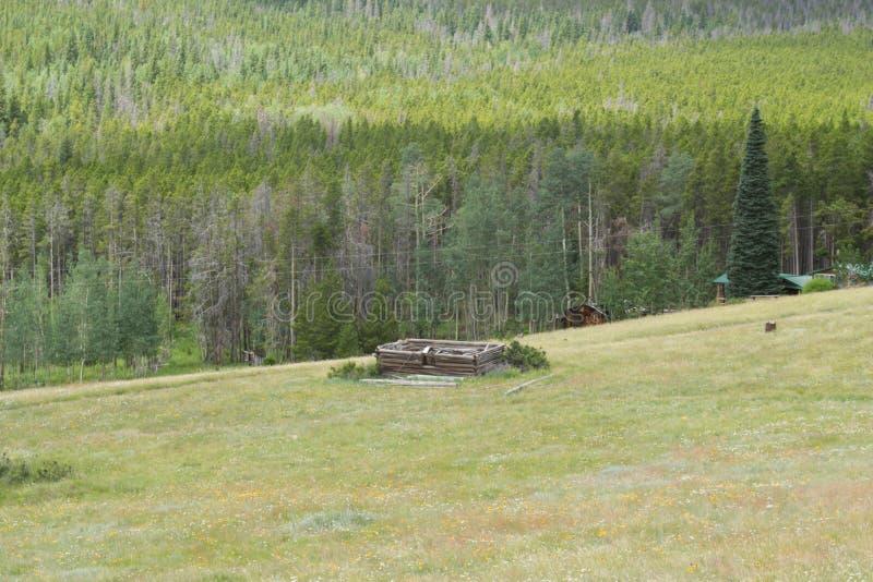 Cabina de madera vieja en la pradera de Wyoming fotos de archivo