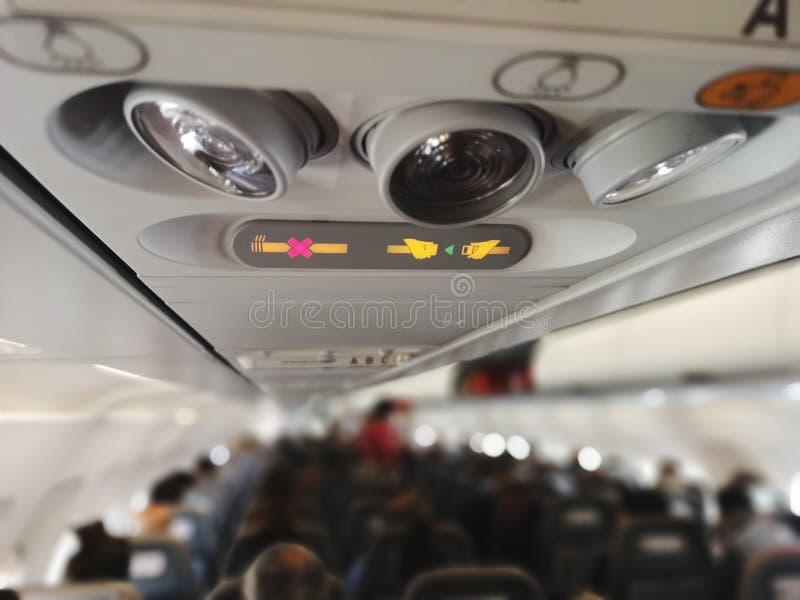 Cabina de pasajero de los aviones con el cinturón de seguridad alerta foto de archivo libre de regalías
