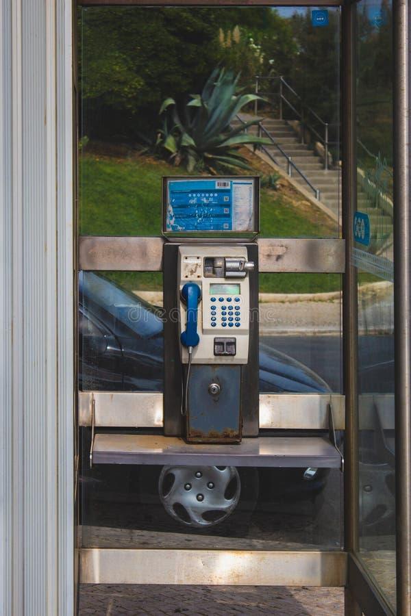 Cabina de teléfono análoga vieja de la moneda en Oeiras, Portugal imagen de archivo libre de regalías
