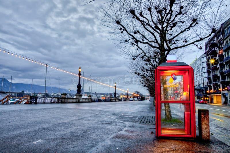 Cabina de teléfono de Swisscom en Ginebra, Suiza imagen de archivo