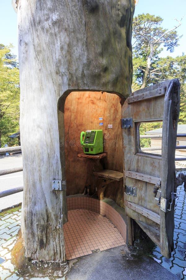 Cabina de teléfono en un tronco de árbol en la isla de Yakushima fotos de archivo libres de regalías