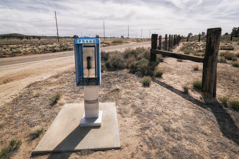 Cabina de teléfono a lo largo de un camino, California fotos de archivo