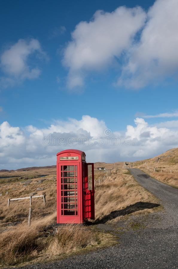 Cabina de teléfono roja en campo escocés imagen de archivo libre de regalías