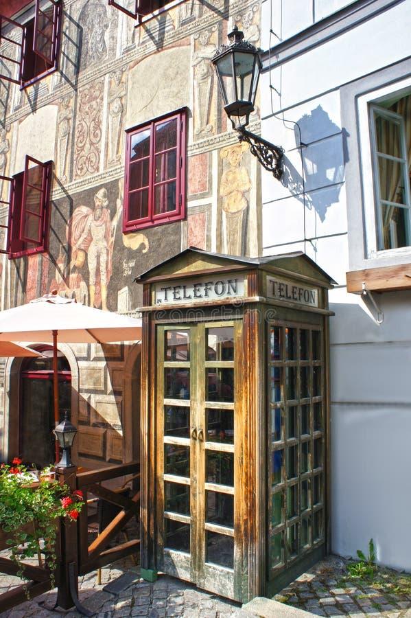 Cabina de teléfonos de madera retra en las calles viejas de Cesky Krumlov imagenes de archivo