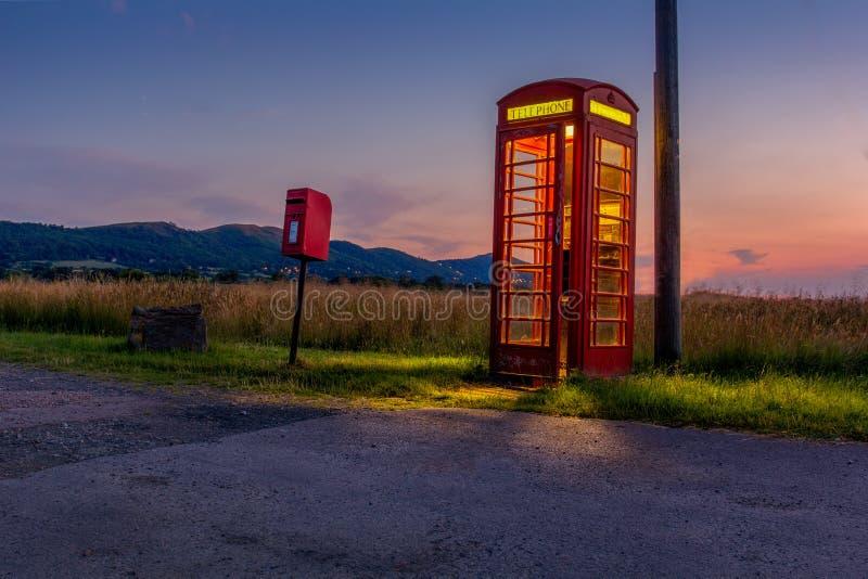 Cabina de teléfonos que brilla intensamente y caja del poste cerca de las colinas de Malvern imagen de archivo