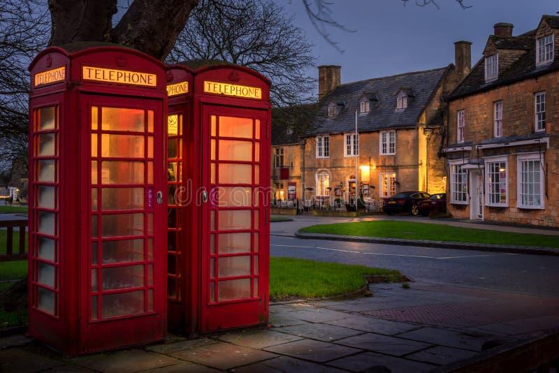Cabina de teléfonos roja en broadway, cotswolds, gloucestershire fotografía de archivo libre de regalías