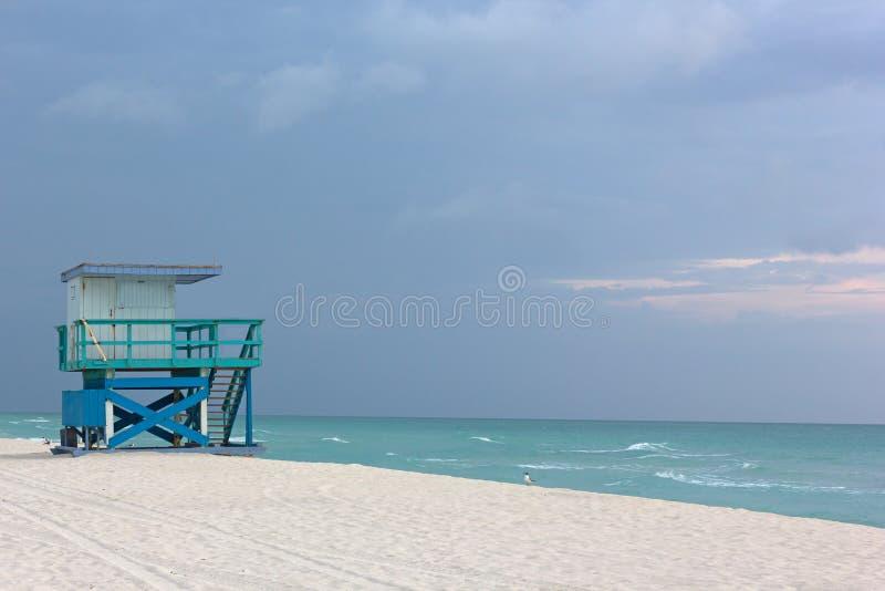 Cabina del bagnino su Miami Beach vuoto ad alba nuvolosa fotografia stock